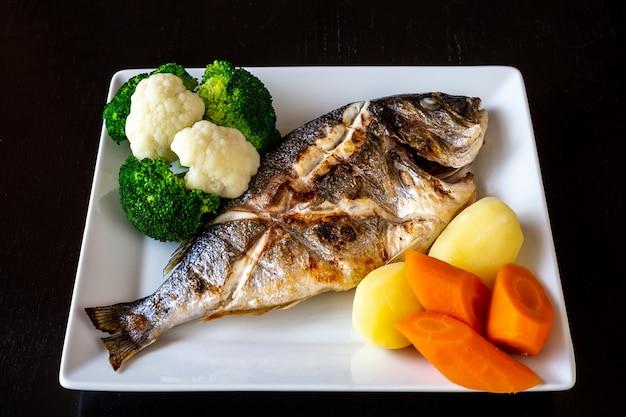 地中海料理、魚のグリル野菜とゆでたジャガイモのsparus aurata。健康食品。