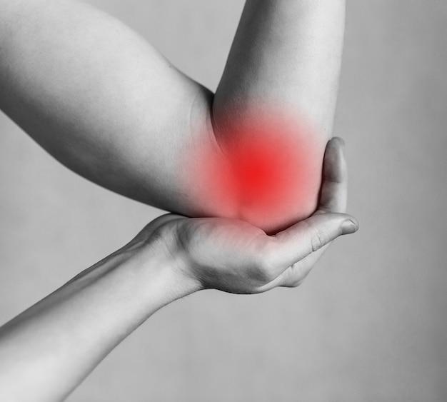 男の肘のけいれん関節のけが作業での疲労けがの領域