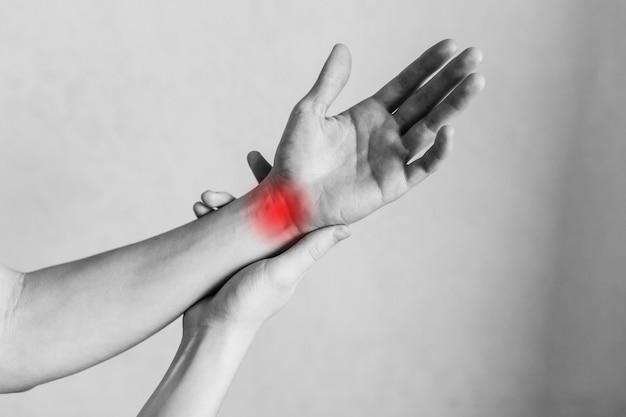 손목의 경련 관절 및 팔꿈치 부상 직장에서의 피로 부상 부위