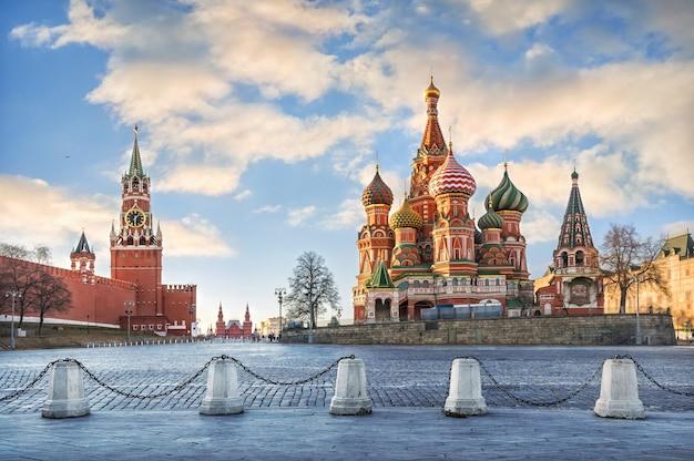 モスクワのクレムリンのスパスカヤタワーとモスクワの聖ワシリイ大聖堂
