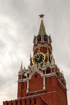 Спасская башня московского кремля с красной площади. москва, россия