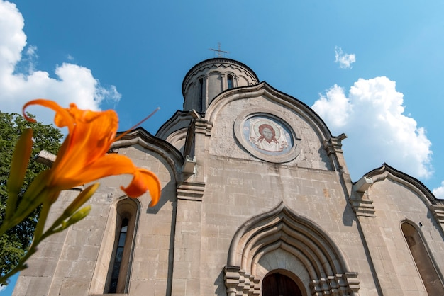모스크바의 안드로니코프 수도원에서 화창한 여름날 스파스키 대성당.