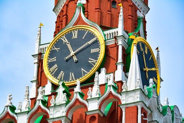 Спасская башня на красной площади против голубого облачного неба
