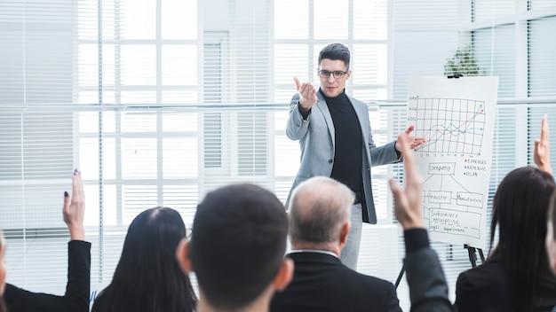 연사는 비즈니스 세미나 중에 질문을합니다. 비즈니스 및 교육