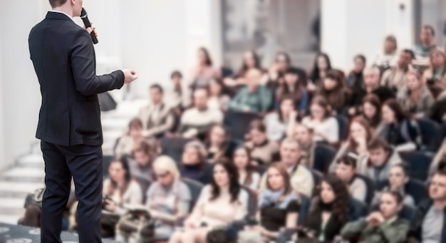 Спикер на бизнес-конференциях. бизнес-тренинги и образование. на фото есть бланк для текста.