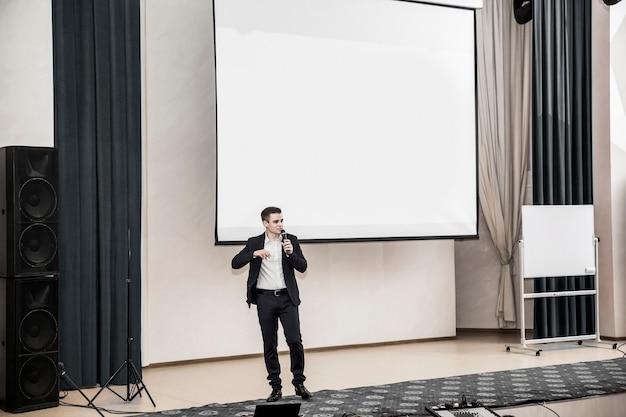 Спикер бизнес-конференций, стоя перед правлением для бизнес-презентаций