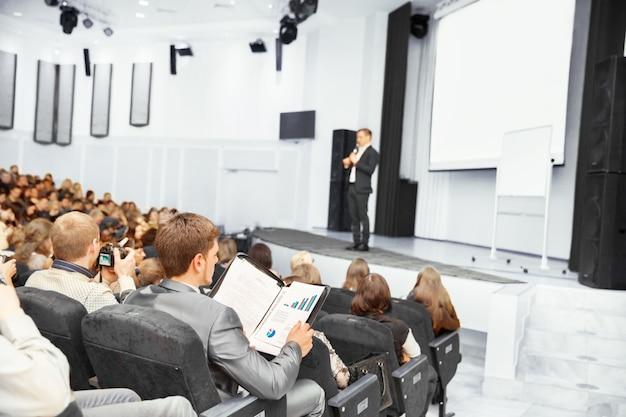 Спикер делового съезда и презентации. аудитория в конференц-зале.