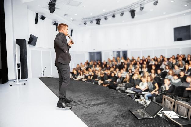 비즈니스 컨벤션 및 프레젠테이션에서 연사. 컨퍼런스 홀에서 청중.