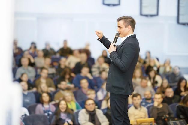 Спикер делового съезда и презентации. аудитория на