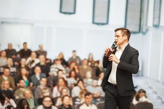 Спикер на деловой конференции