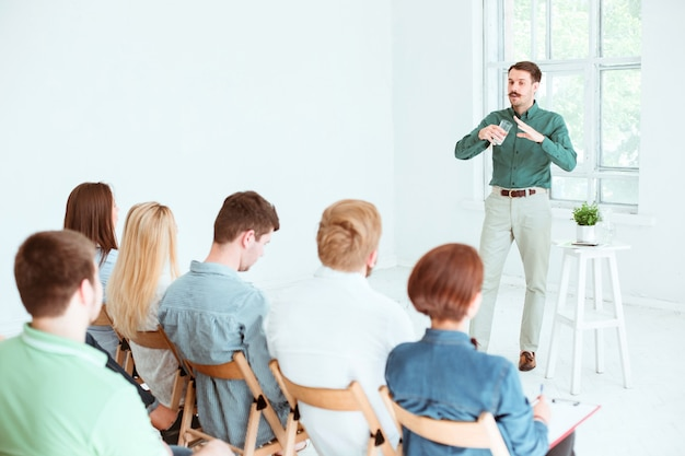 会議ホールでのビジネス会議での講演者。ビジネスと起業家精神の概念。