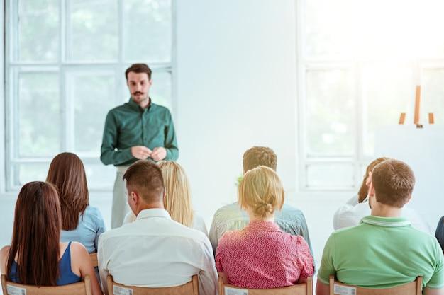 Спикер деловой встречи в конференц-зале. концепция бизнеса и предпринимательства.