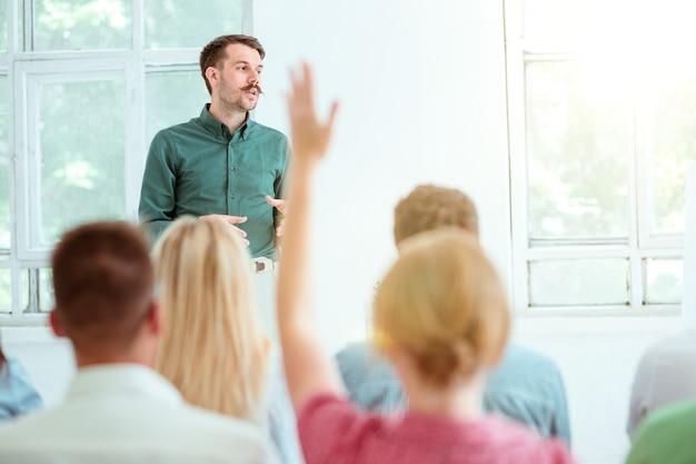 会議場でのビジネスミーティングの講演者。ビジネスと起業家精神の概念。