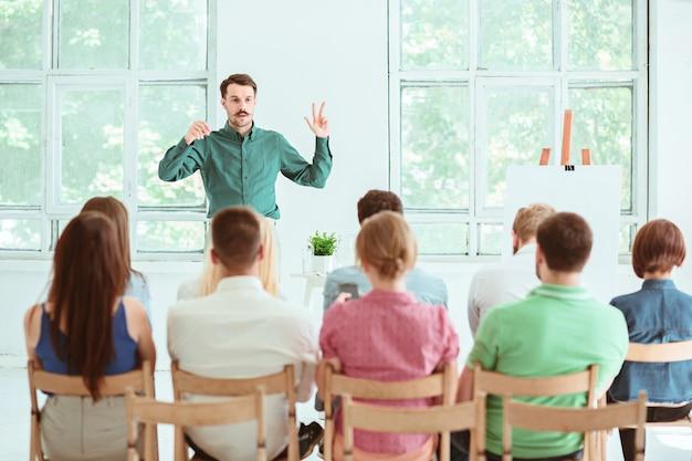Докладчик на деловой встрече в конференц-зале.