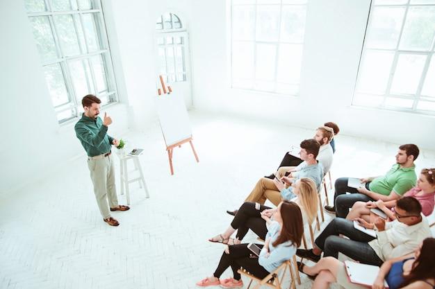 Спикер деловой встречи в конференц-зале.