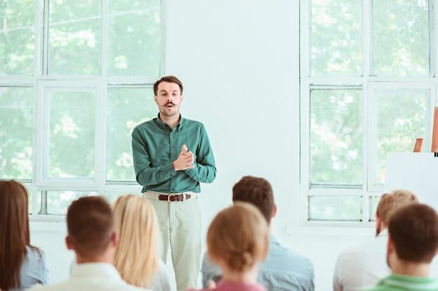 会議ホールでのビジネス会議での講演者。