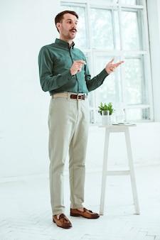 Спикер на деловой встрече в конференц-зале.