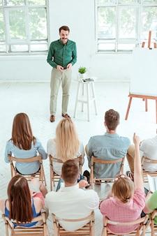 会議ホールでのビジネス会議で講演。