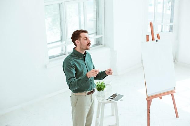Relatore alla riunione d'affari nella sala conferenze. concetto di affari e imprenditorialità.