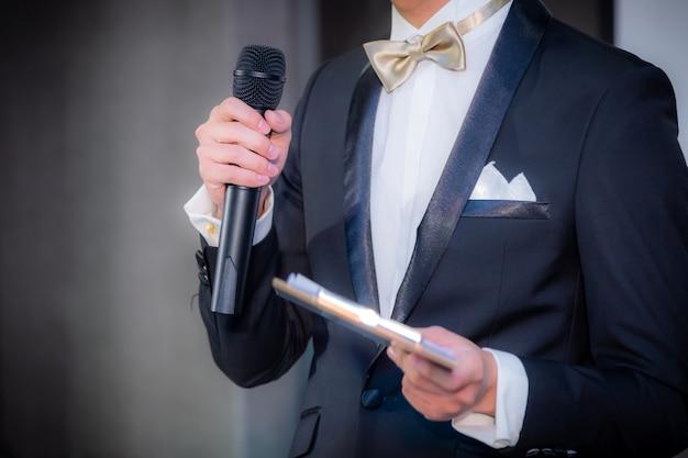 ビジネスイベントでの会議ホールで講演するスピーカー