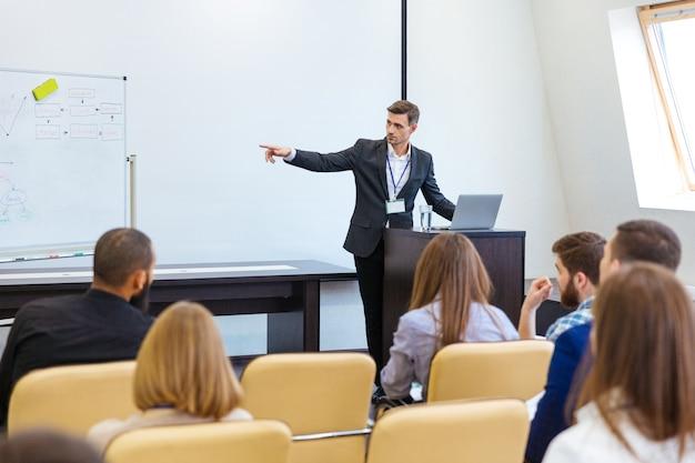 Спикер, выступающий на бизнес-конференции в конференц-зале