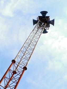 高い塔と澄んだ空の上のスピーカー