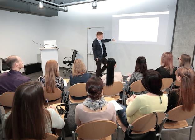 Спикер стоит и читает лекцию на бизнес-конференции в конференц-зале. фотография с копией пространства
