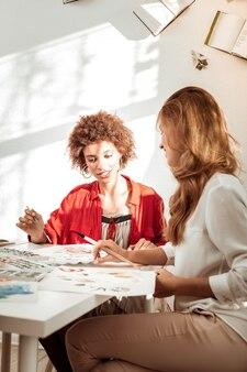 話すことと描くこと。一緒に描きながら話す喜びを感じる2人のスタイリッシュで魅力的な女性