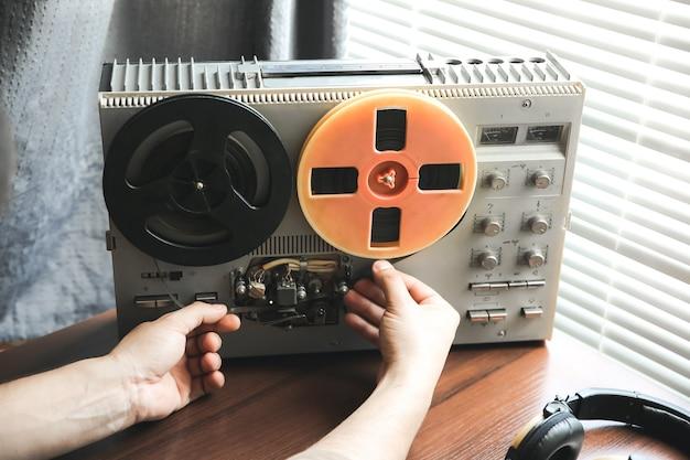 特別捜査官がリールテープレコーダーのフィルムを交換します。