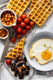 ワッフルに卵を添えた特別な朝食