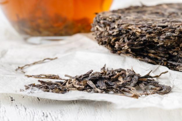 Специальный китайский чай пуэр, чайный лист на деревянный стол