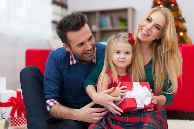 若い家族のための特別なクリスマスの瞬間