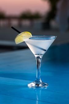 Особый коктейль от бармена, наливающего алкоголь в коктейльный бокал