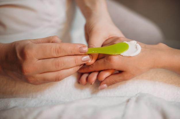 Специальный крем наносится на руку клиента перед началом массажа и процедур по уходу за кожей.