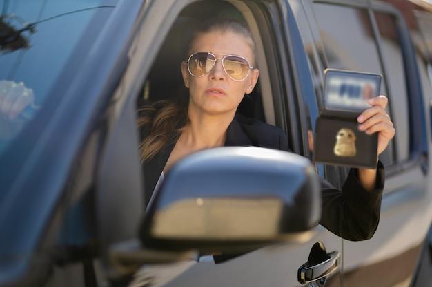 Специальный агент федеральной разведки женщина в черном костюме и большой машине