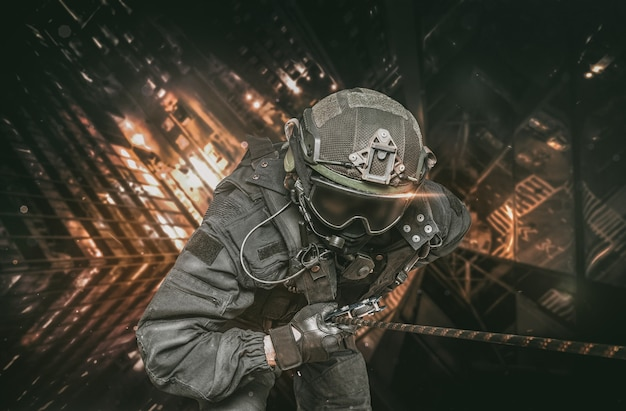 Боец спецназа спускается с небоскреба, чтобы штурмовать квартиру