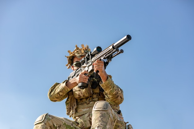Спецназ, солдатская штурмовая винтовка с глушителем, оптический прицел. за прикрытием в засаде