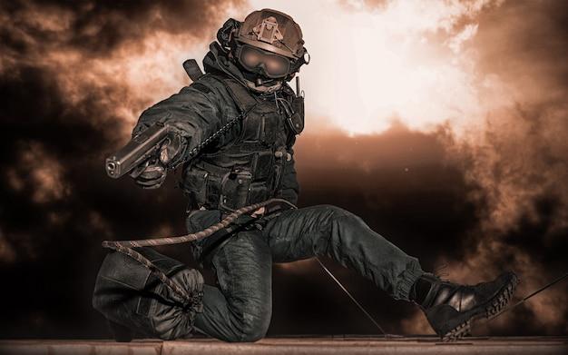 특수 부대 병사가 건물을 습격합니다. 인질 석방 개념. 구타.