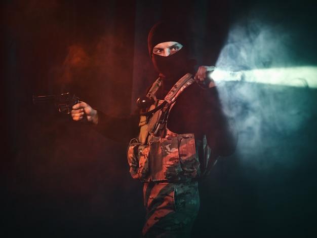 ピストルと懐中電灯を持った特殊部隊の兵士