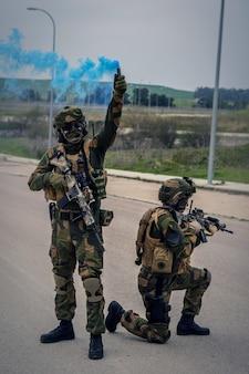 돌격 소총과 푸른 연기 폭탄을 사용 하 여 작업을 수행 하는 특수 부대 군인