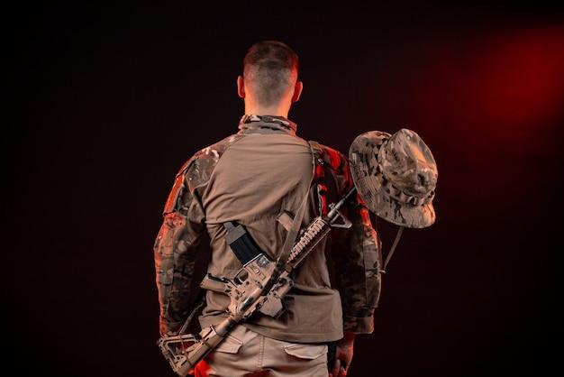 자동 소총을 든 특수부대 병사들