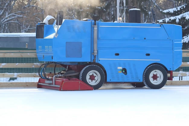 직장에서 아이스 링크의 얼음을 청소하는 특수 기계. 운송 산업