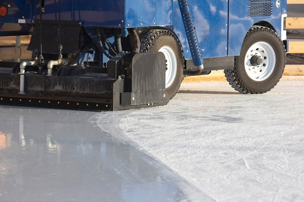 아이스링크에서 얼음을 청소하는 특수 기계. 운송 산업. 거리 아이스링크 서비스