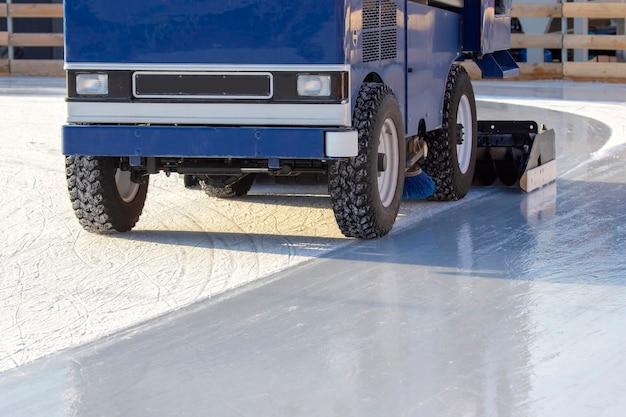 아이스 링크에서 얼음을 청소하는 특수 기계. 운송 산업. 거리 아이스 링크 서비스