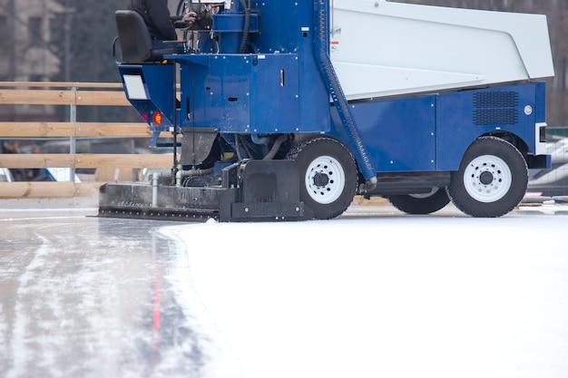 직장에서 아이스 링크를 청소하는 특수 기계. 운송 산업