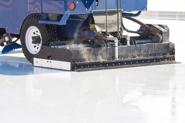 특수 기계 아이스 하베스터가 아이스링크를 청소합니다. 운송 산업