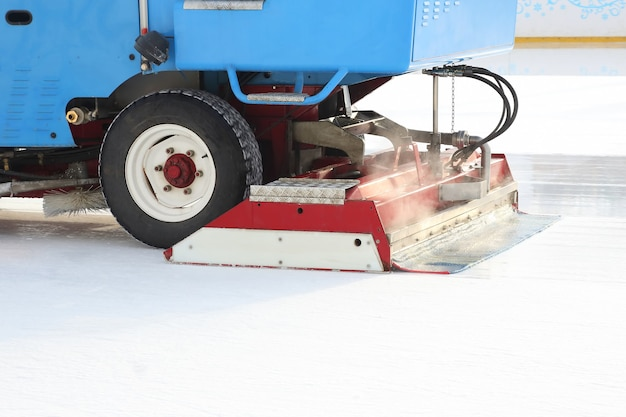 Специальная машина для уборки льда очищает каток