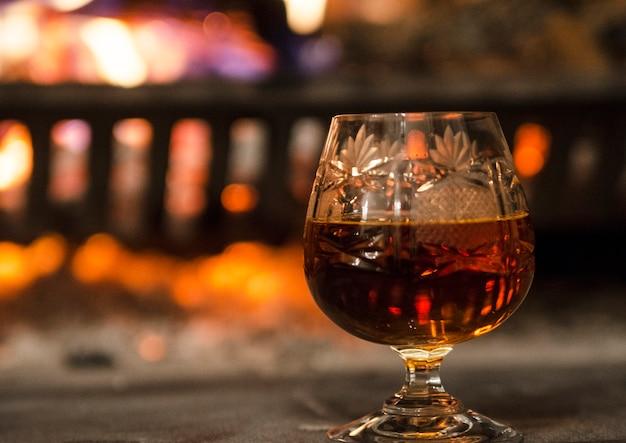 シングルクリスタルグラスの暖炉で特別なアルコール飲料。