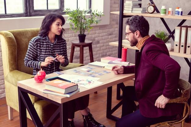 특수 직업. 직장에서 고객과 이야기하는 전문 여성 점쟁이