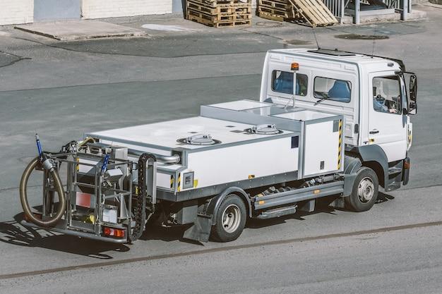 Автомобиль специального назначения для перевозки питьевой воды в аэропорту и для заправки самолетов.